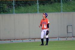 本塁打の行方を見上げる潤米.jpeg